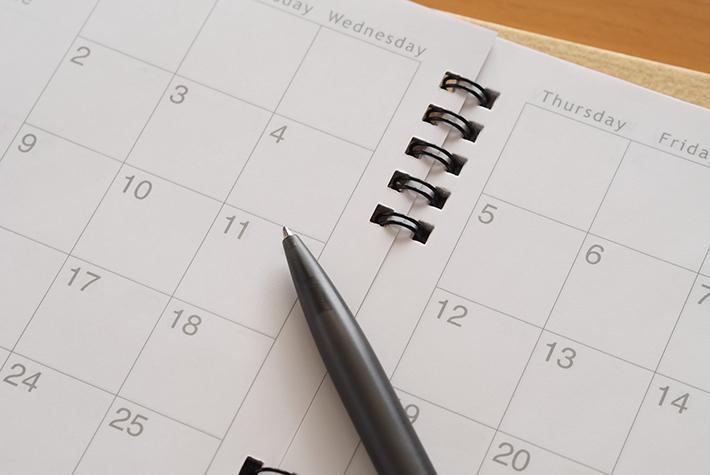 カレンダーとボールペンの写真