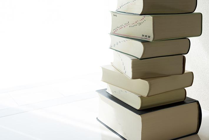 積み上がった辞書の写真