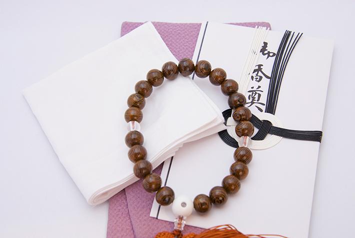 数珠と香典と袱紗とハンカチの写真