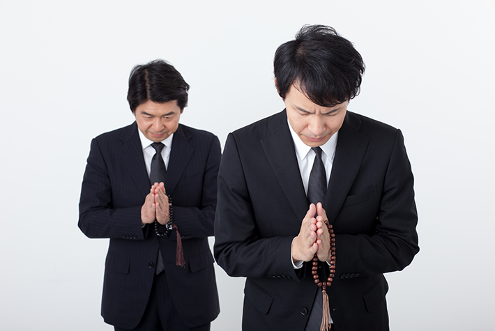 お祈りしている二人の男性の写真