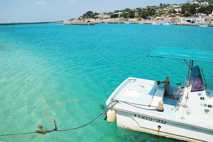 青い海と船の写真