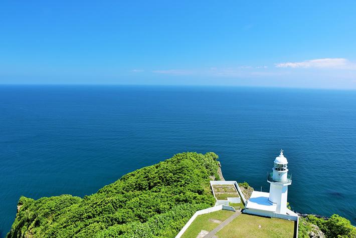 青い海と灯台の写真