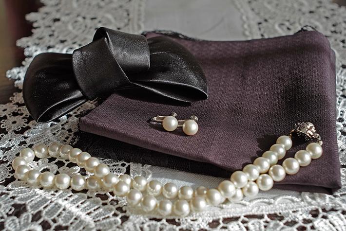 葬儀のネックレスとハンカチのの写真