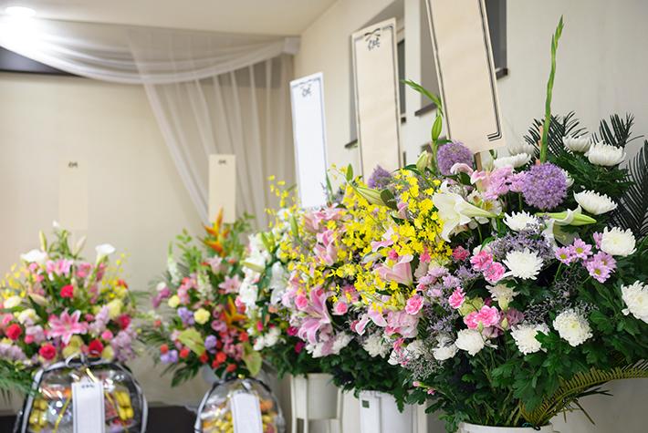 札の付いた供花の写真