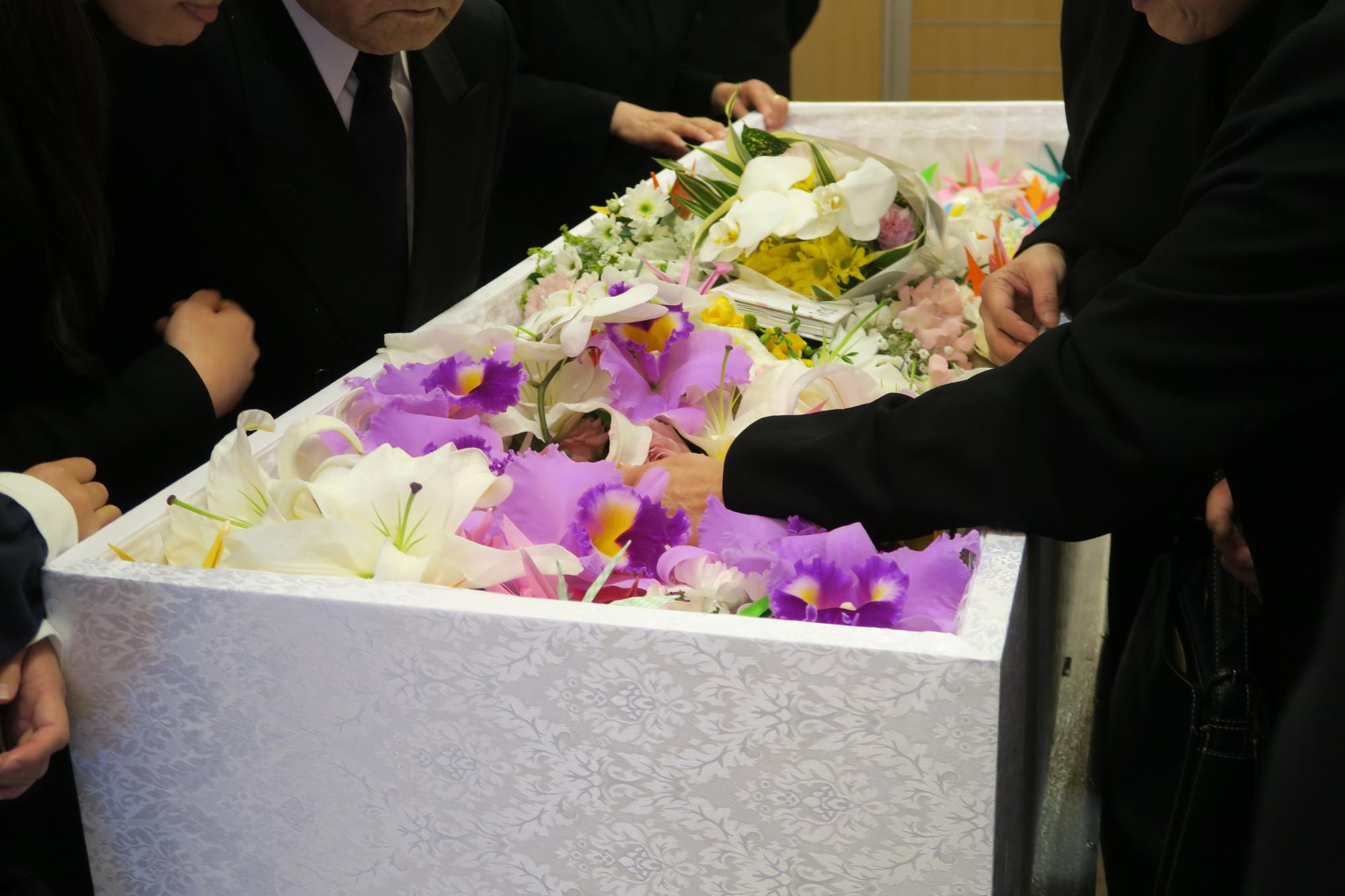 「家族葬」の葬儀費用はどのくらい必要?温かい葬儀で見送りたい