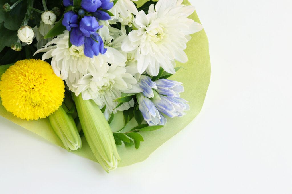 プロテスタント葬儀での供花の贈り方とは?花の種類や送り先まで解説
