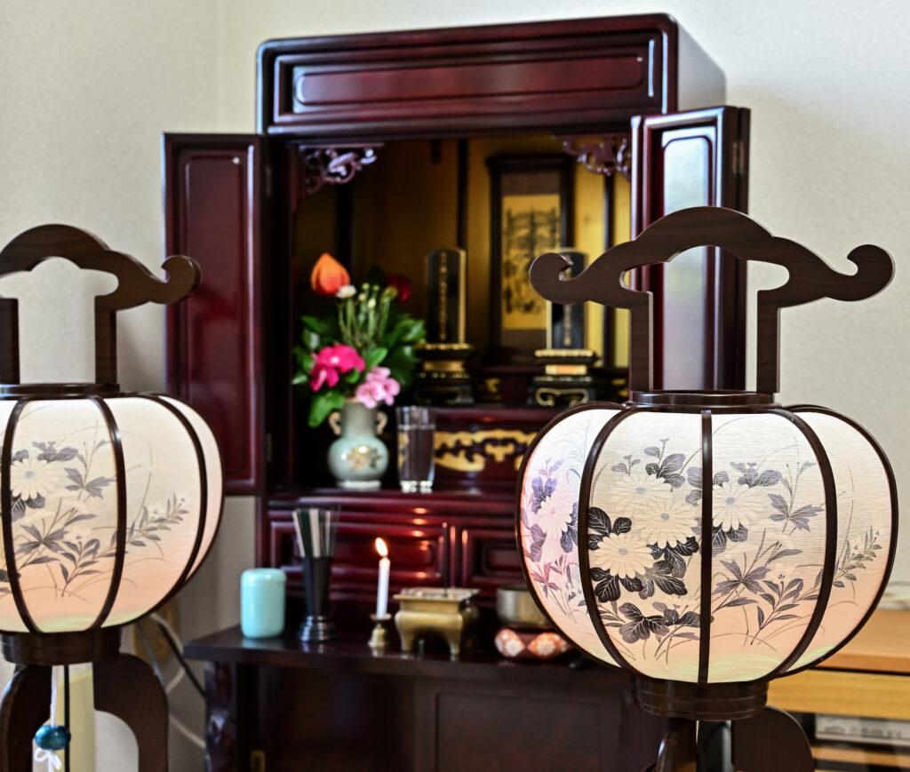 お仏壇に灯明や香花を供える意味とは?三具足についても解説!