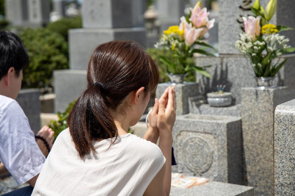 神道と仏教のお墓参りの違いとは?お墓の形状や供物まで徹底解説!