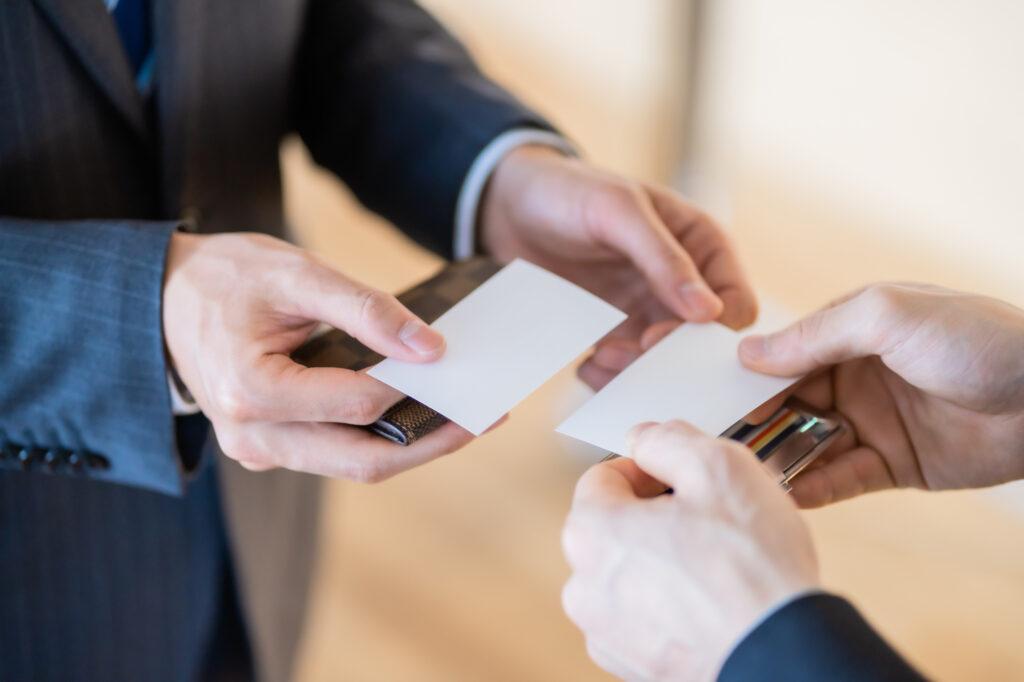 通夜式で名刺を持参する理由とは?受付での名刺の渡し方について解説